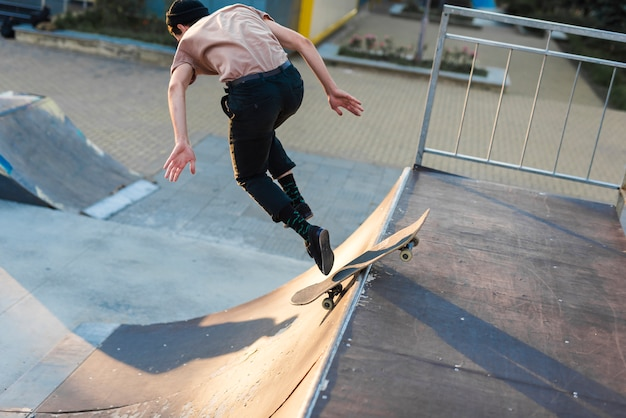 Jonge man oefenen met het skateboard