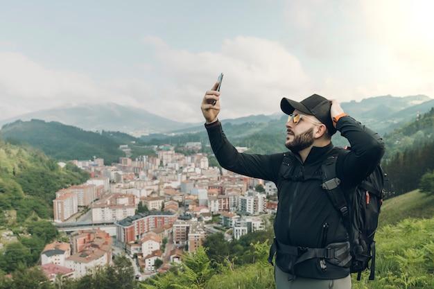 Jonge man ongerust zonder signaal op zijn mobiel in de natuur