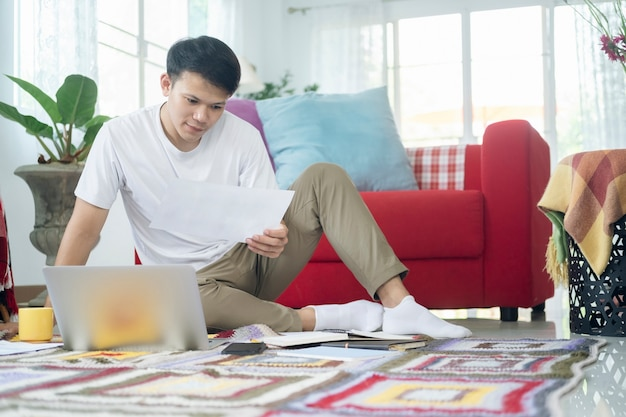 Jonge man online werken en leren vanuit huis.