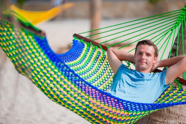 Jonge man ontspannen in een hangmat