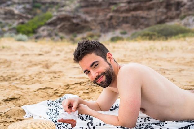 Jonge man ontspannen op het strand