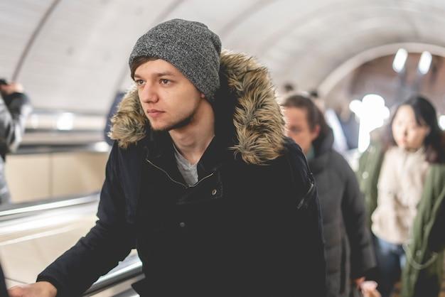 Jonge man op de roltrap in de metro b