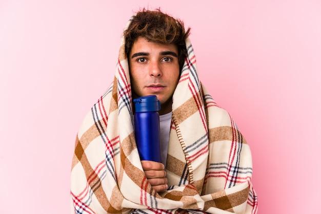 Jonge man op een campingdag