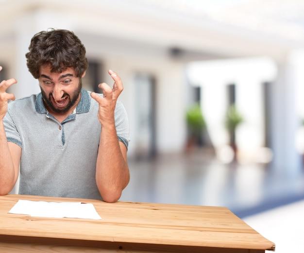 Jonge man op een tafel. bezorgde uitdrukking