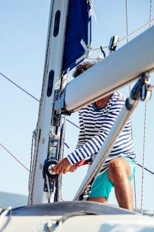 Jonge man op een zeilboot