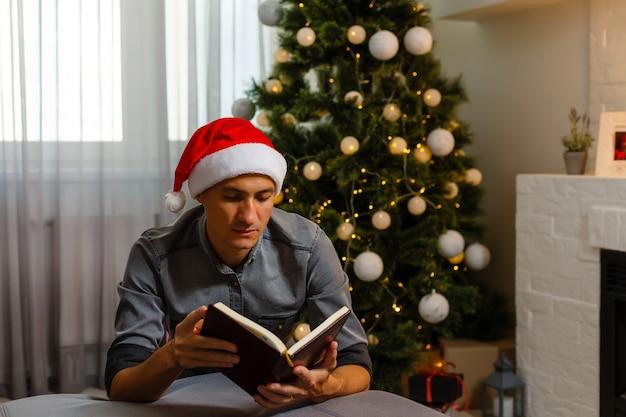 Jonge man op eerste kerstdag hand in hand in gebed, voelt zich zelfverzekerd.