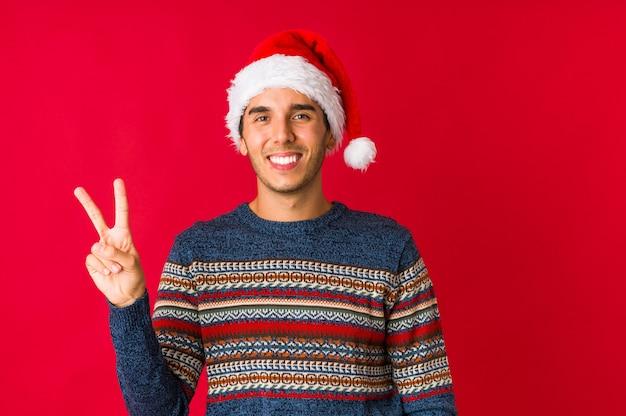 Jonge man op eerste kerstdag lijdt pijn in de keel als gevolg van een virus of infectie.