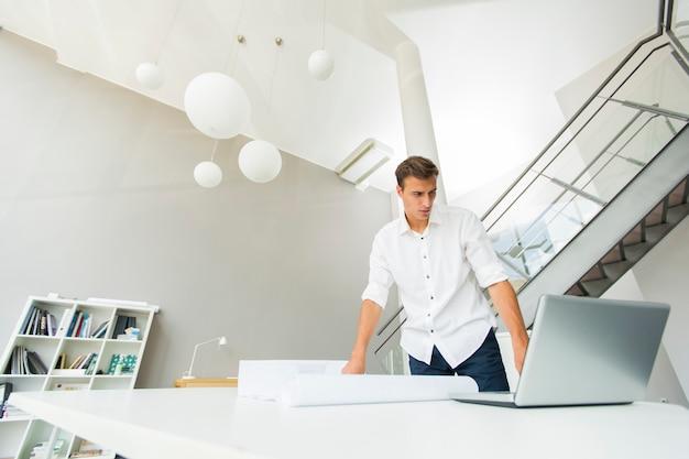 Jonge man op kantoor