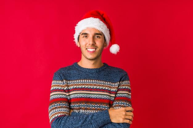 Jonge man op kerstdag dansen en plezier maken.