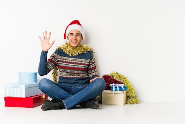 Jonge man op kerstdag geheim houden of om stilte vragen.