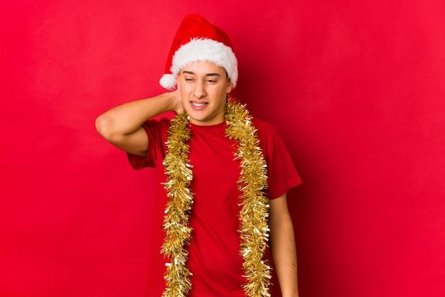 Jonge man op kerstdag lijden nekpijn als gevolg van sedentaire levensstijl.