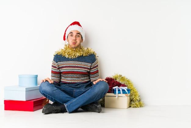 Jonge man op kerstdag moe van een repetitieve taak.