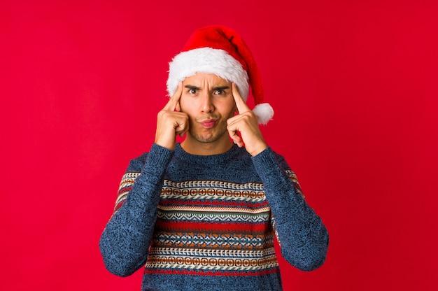 Jonge man op kerstmisdag die toont dat zij geen geld heeft.