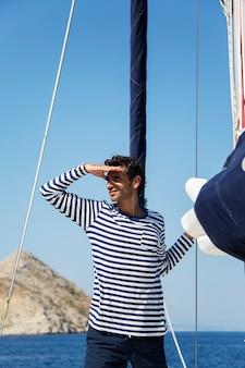 Jonge man op sailiboat