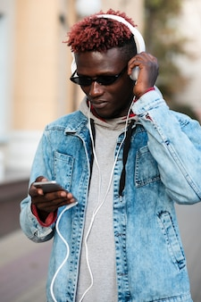 Jonge man op straat luisteren muziek