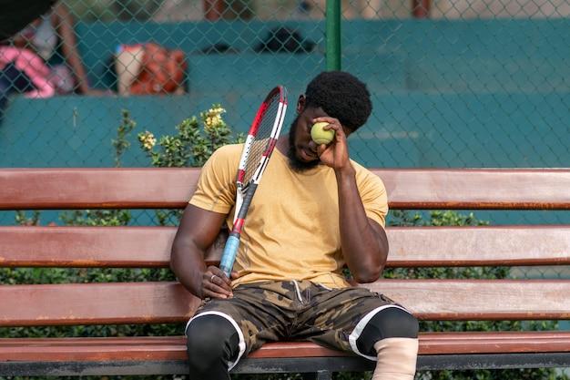 Jonge man op tennisbaan spelen