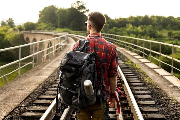 Jonge man op trail rail
