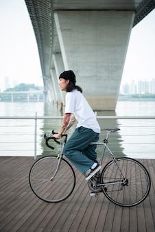 Jonge man op zijn fiets