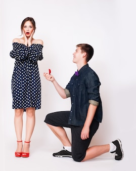 Jonge man op zijn knie voorstelt aan vriendin.