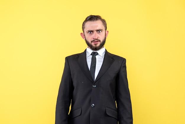 Jonge man op zoek verrast naar iets op geel