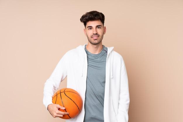 Jonge man over geïsoleerde spelen basketbal