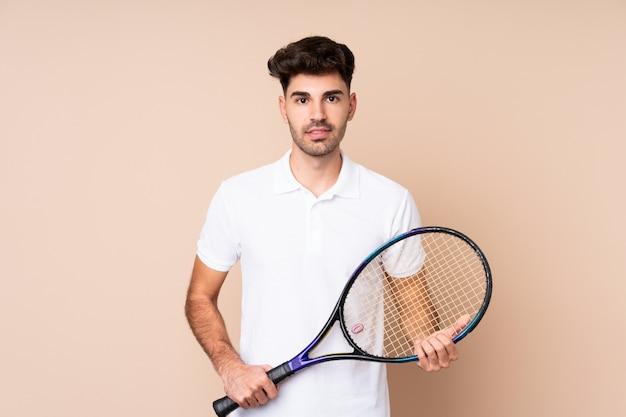 Jonge man over geïsoleerde tennissen