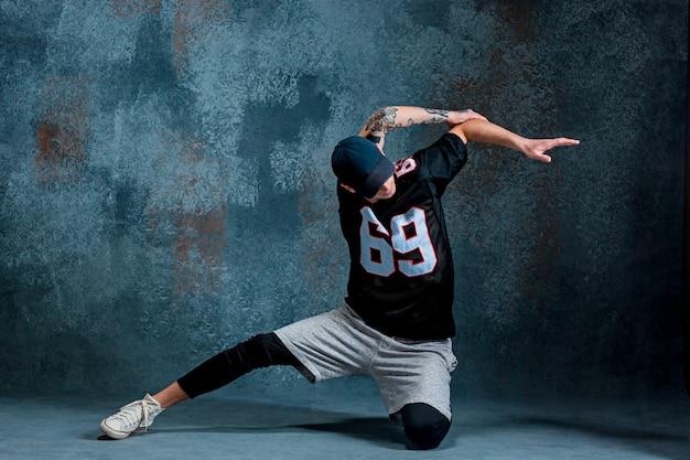 Jonge man pauze dansen op muur achtergrond.