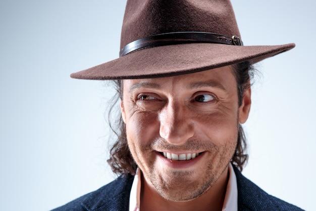 Jonge man portret met hoed.