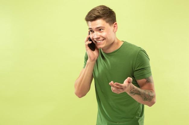 Jonge man praten aan de telefoon