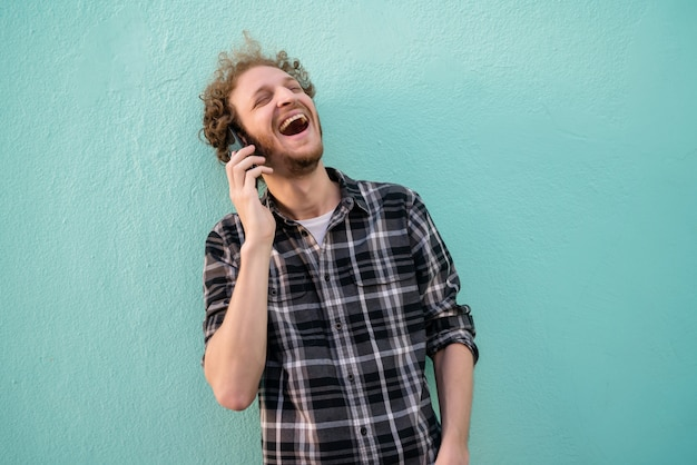 Jonge man praten over de telefoon.