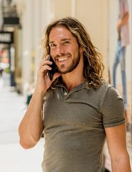 Jonge man praten via de telefoon