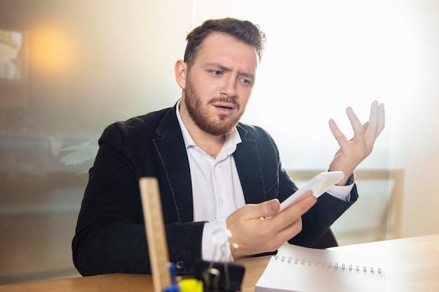 Jonge man praten, werken tijdens videoconferentie met collega's op kantoor aan huis
