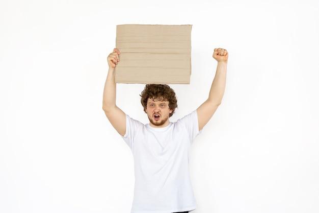 Jonge man protesteert met een leeg bord