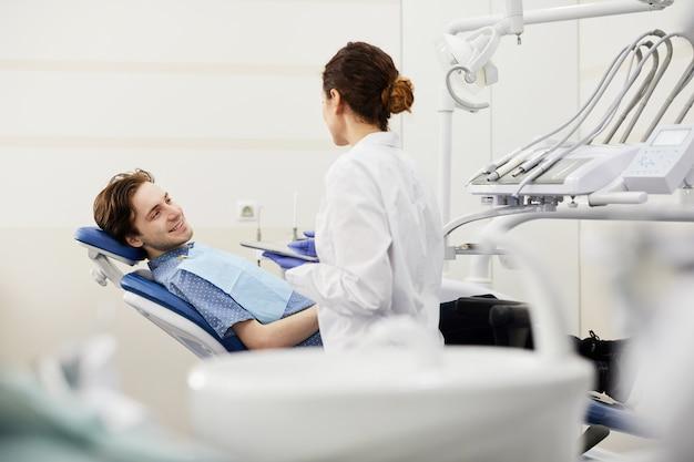 Jonge man raadplegen tandarts