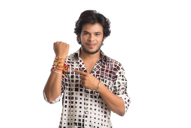 Jonge man rakhi tonen op zijn hand ter gelegenheid van raksha bandhan festival.
