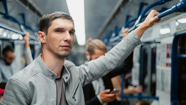 Jonge man reist in de stedelijke levensstijl van de metro