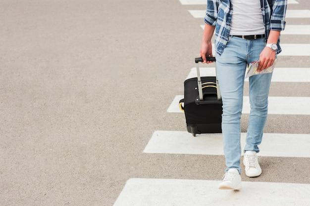 Jonge man reist rond de wereld