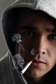 Jonge man roken