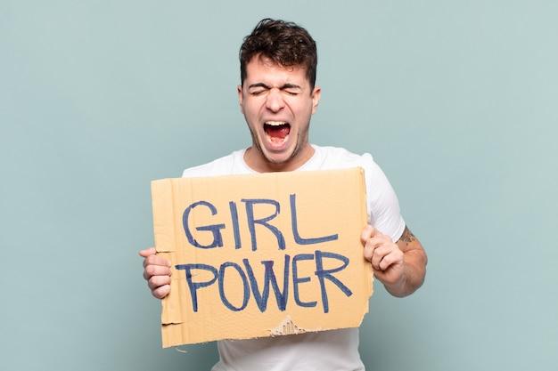 Jonge man schreeuwt agressief, kijkt erg boos, gefrustreerd, verontwaardigd of geïrriteerd, schreeuwt nee