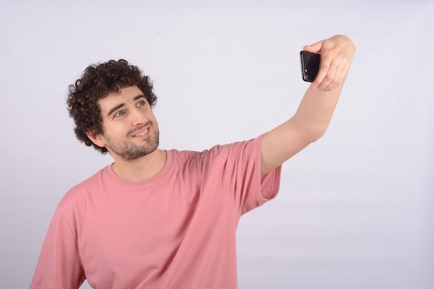 Jonge man selfie te nemen.
