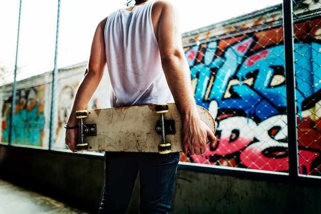 Jonge man skateboarden schieten