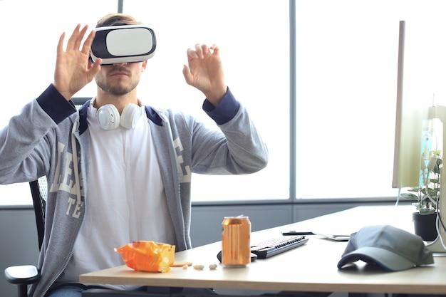 Jonge man speelspel met behulp van virtual reality headset in de speelclub.