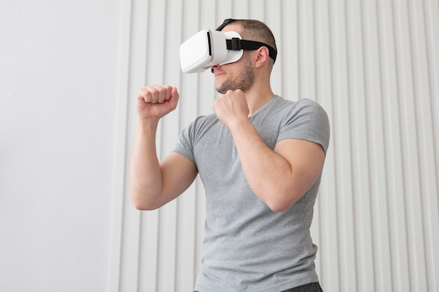 Jonge man spelen van videogames terwijl hij een vr-bril draagt