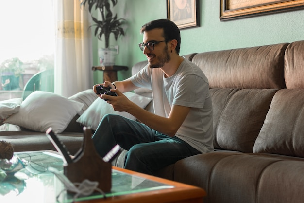 Jonge man spelen videogame bedrijf draadloze controller
