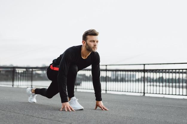 Jonge man sporten in een europese stad. sporten in stedelijke omgevingen.