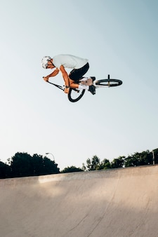 Jonge man springen met bmx fiets