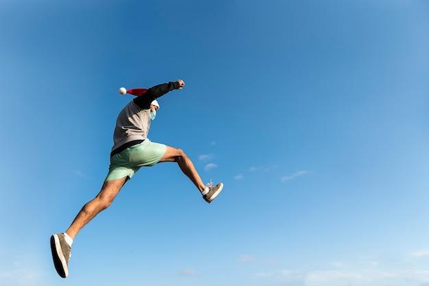 Jonge man springen. parkour met kerstmis in de stedelijke ruimte. sport in de stad. buitensportactiviteiten. stunts. latijnse man. argentijns.