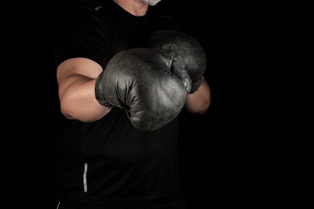 Jonge man staat in een boksrek