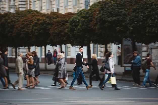 Jonge man steekt de straat over