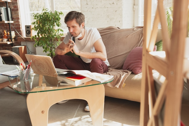 Jonge man studeren thuis tijdens online cursussen